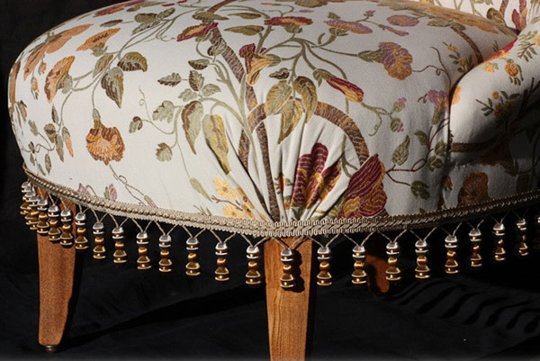 Бержер с ламбрекеном. Кресло типа бержер, украшенное по краю обивки  декоративным текстильным элементом.