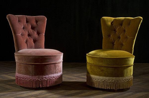 Крапо (Crapaud, «жаба»). Маленькое низкое набивное кресло для сидения у камина со спинкой «гондоль».