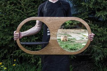 Предметы коллекции SKY: зеркало «ДРОССЕЛЬ» с основанием из дуба и полкой для мелочей.