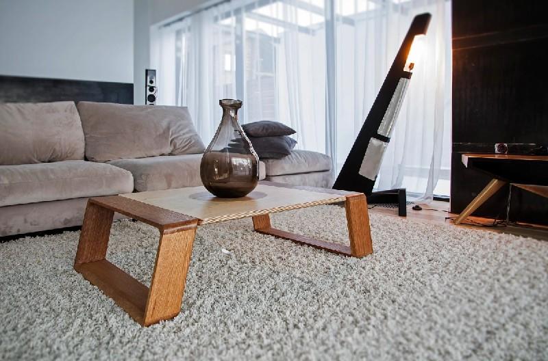 Предметы коллекции SKY: кофейный стол «Интерстеллар» из дуба, стали, алюминия; кресло « АВИАТОР» из дуба и стали; напольный светильник «КРЫЛО» из дуба, алюминия, стали.