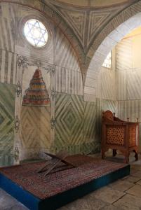 Над михрабом, в круге гексаграмма – печать Сулеймана, внизу подставка под Коран.
