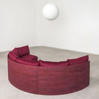 Дизайнер Фернандо Мастранджело. Полукруглый красный диван.