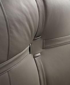 New Bond, диз. Маттео Нунциати. Название модель получила от знаменитой лондонской улицы. Сложный декор — пересекающиеся ремни — демонстрирует высокий уровень швейников Flou. Обивка может быть из кожи или из ткани, но ремни — только кожаные.