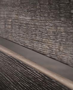 Шпон из антикварной древесины идет на отделку моделей бренда.