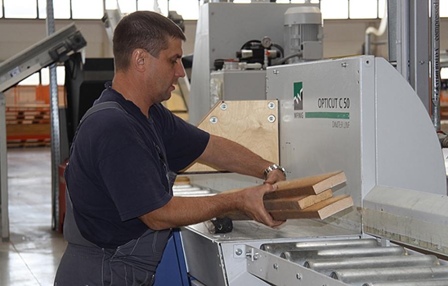 "Вэб восстанавливает производство мебели на фабрике ""мекран"" ."