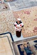 Нина Яшар среди своей богатой коллекции ковров на первом этаже Nilufar Depot (Милан, Viale Vincenzo Lancetti, 34).
