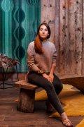 Галерист Армель Сойер на скамье из коллекции мебели российского дизайнера Дениса Милованова.